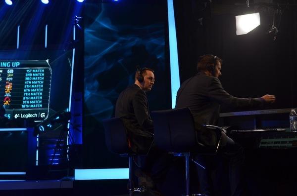 Комментаторы Riot Games Ли Deman Смит и Джошуа Jatt Лисман на финалах третьего сезона Лиги Легенд